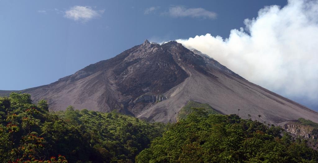 Gunung merapi meletus hari ini