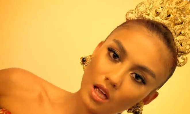 Video Agnes Monica Coke Bottle Raih 1 Juta View