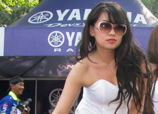 Lucy Lee, Model Cantik Demen Ngebut Pakai Matic