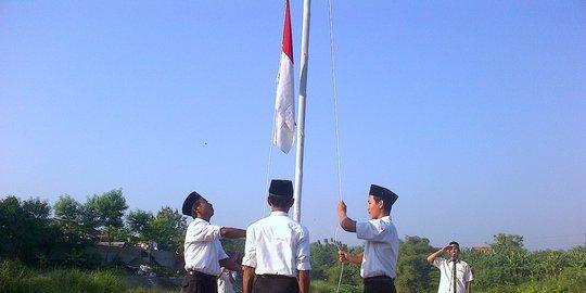 Bendera Cuma Naik Setengah Tiang, Paskibraka Menangis