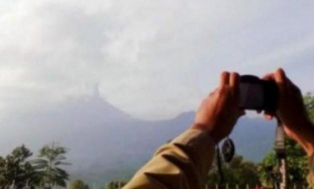 Gunung Slamet Muntahkan Lava Pijar