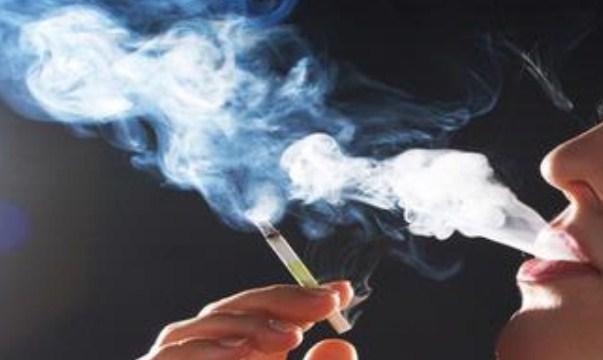 Hindari Merokok Saat Kerja Lembur, Bikin Jadi Perokok Berat