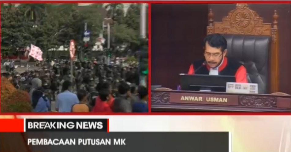 Sidang Putusan MK: Jebol Kawat Berduri, Massa Prabowo-Hatta Disambut Barracuda