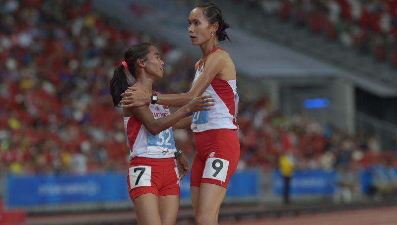 Pelari Indonesia, Triyaningsih (kiri) berpelukan dengan Rini Budiarti yang juga pelari Indonesia setelah berhasil memenangkan lomba lari nomor 5.000 meter putri Sea Games ke-28 di Stadion Nasional, Singapura, Selasa (9/6). Triyaningsih berhasil meraih medali emas dengan catatan waktu 16 menit 18,06 detik disusul Rini Budiarti meraih medali perak dengan catatan waktu 16 menit 30,85 detik. ANTARA FOTO/Nyoman Budhiana/ed/pd/15.