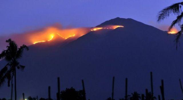 foto kebakaran di gunung merbabu