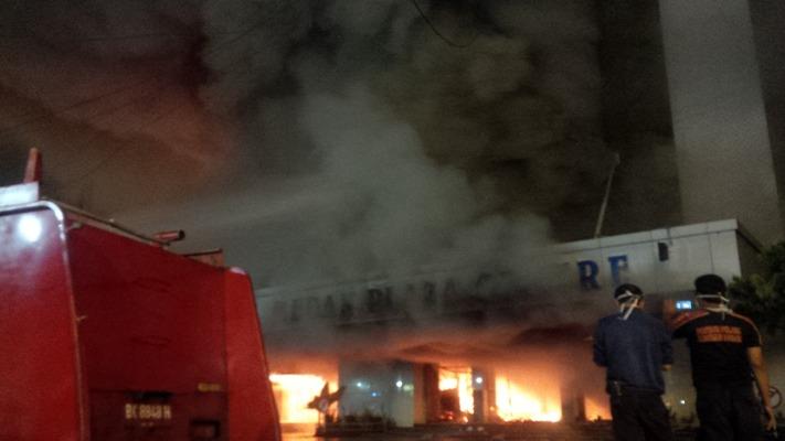 foto medan plaza terbakar 2