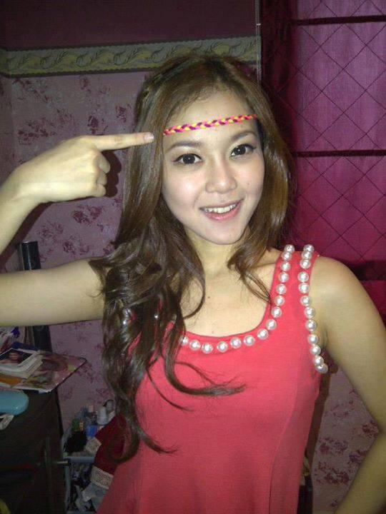 foto rere regina baju merah