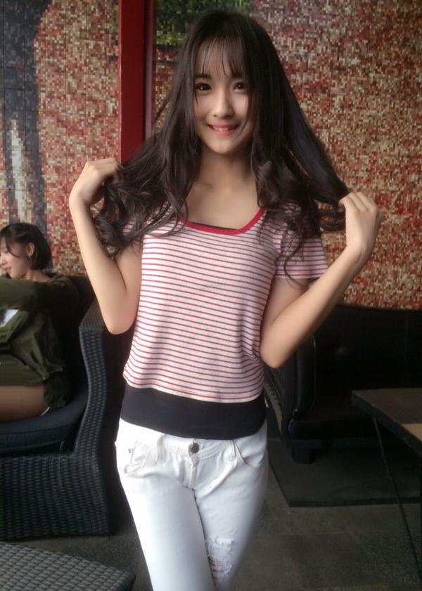 Foto Manis Della JKT48, Dandan Minimalis