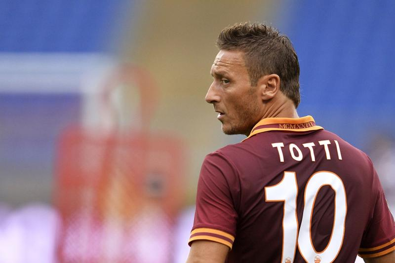 Kapten AS Roma, Totti incar gol ke gawang Frosinone.