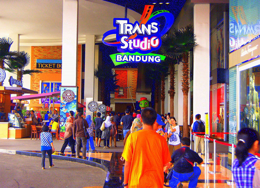 Memsuki-pintu-masuk-Trans-Studio-Bandung