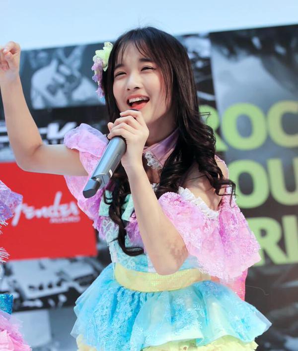 Della JKT48 semangat beraksi di panggung