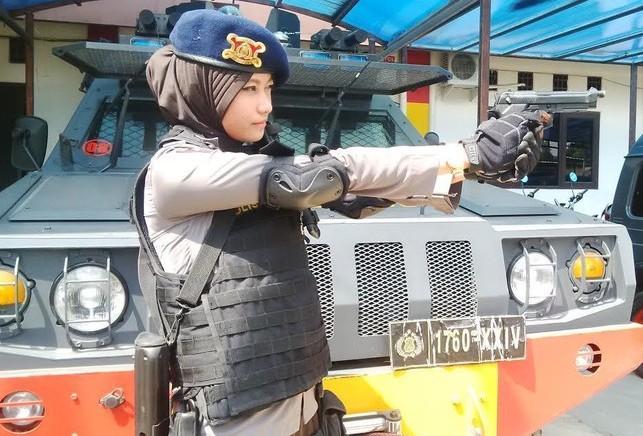Foto bripda adri chroin tengah memegang senjata