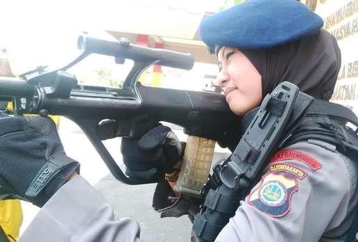 foto bripda adri chroin pegang senjata