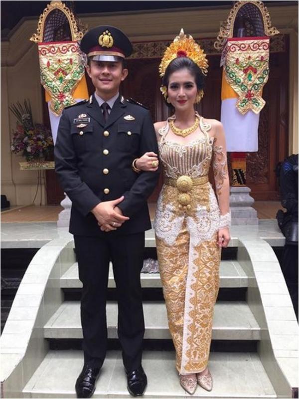 foto pernikahan kadek devi dan dewa yoga ala polisi
