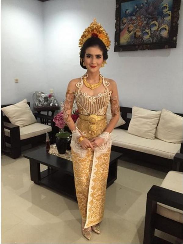 foto pernikahan kadek devi dan dewa yoga baju emas