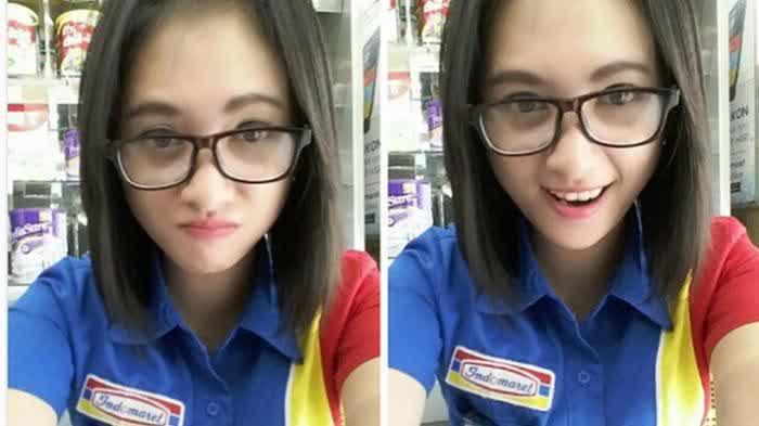 foto siti rohmah kasir indomaret pake kacamata baca