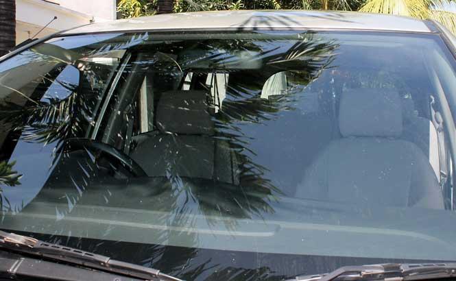 tips bersihkan kaca mobil buram