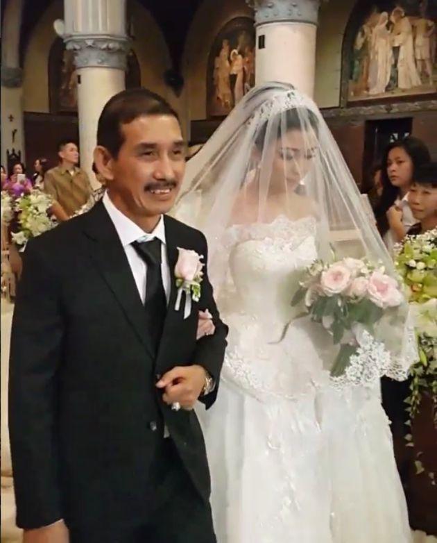 foto pernikahan chelsea dan glenn menuju altar