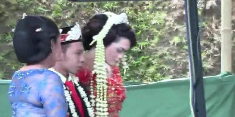 Foto pernikahan sejenis di Boyolali, kedua pasangan berjalan ke pelaminan