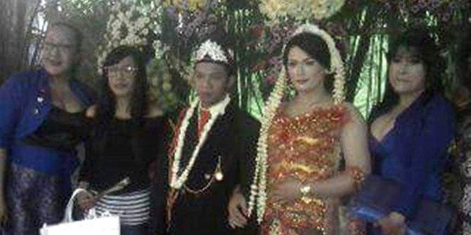 foto pernikahan sejenis di Boyolali dimana kedua pasangan foto bareng tamu