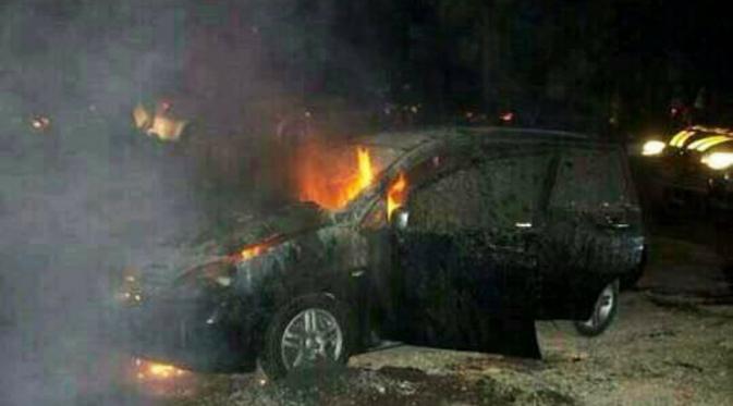 Foto tawuran Universitas Pancasila bakar mobil