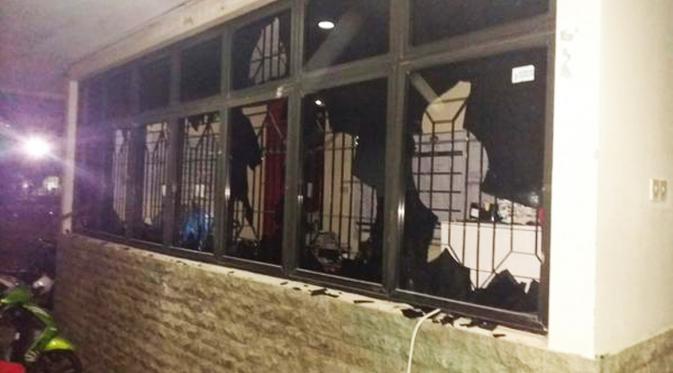 Foto tawuran Universitas Pancasila menghancurkan kaca