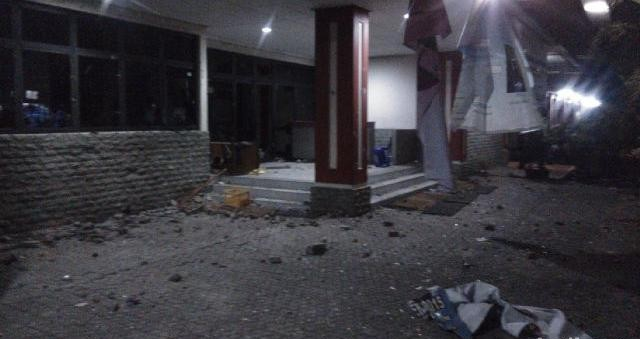 Foto tawuran Universitas Pancasila merusak gedung