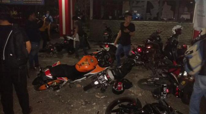 Foto tawuran Universitas Pancasila merusak motor