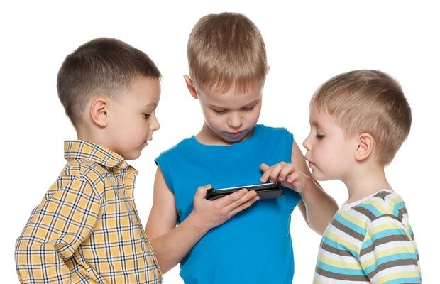 Pasang alat pelacak di smartphone anak