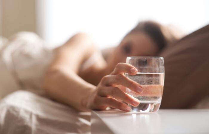 5 alasan minum air putih sebelum tidur